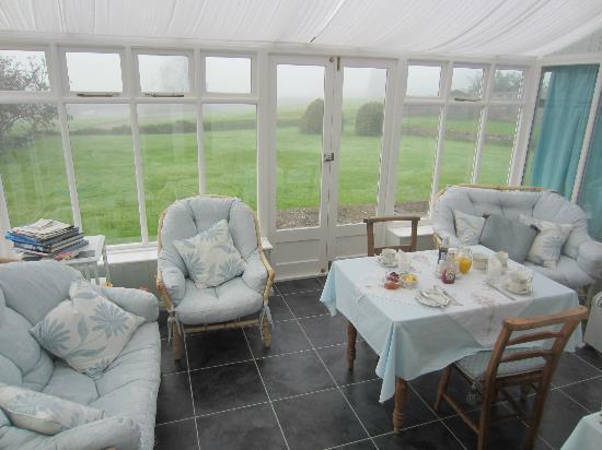 Ty Newydd B & B: breakfast sun room
