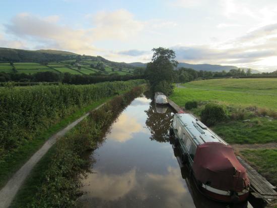 Ty Newydd B & B: Canal in front of b&b