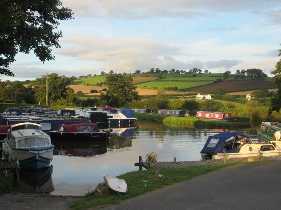 Ty Newydd B & B: Another view of the canal boat parking