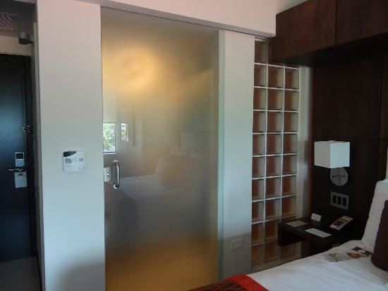 Doubletree by Hilton San Juan: The bathroom had a beautiful glass door and glass block wall