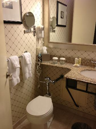 Crowne Plaza Harrisburg-Hershey: Bathroom