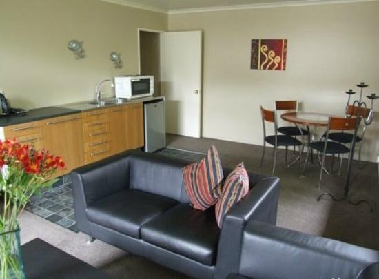 Alumni House: Comfortable and modern guest lounge