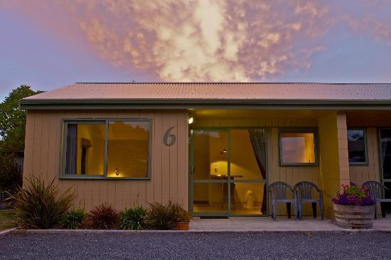 Bay Cottages : Motel at sunset