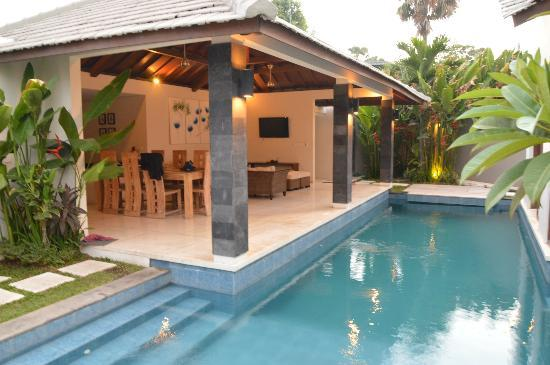 Baik Baik Villas: Kitchen and pool