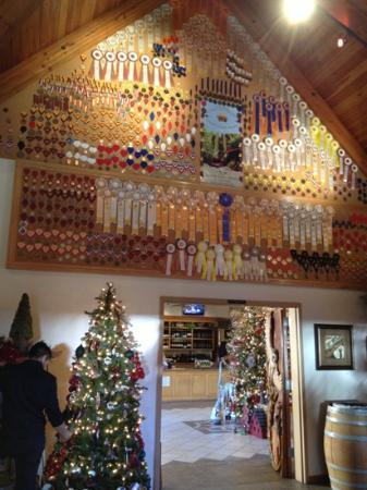 South Coast Winery : テイスティングルームはメダルだらけ