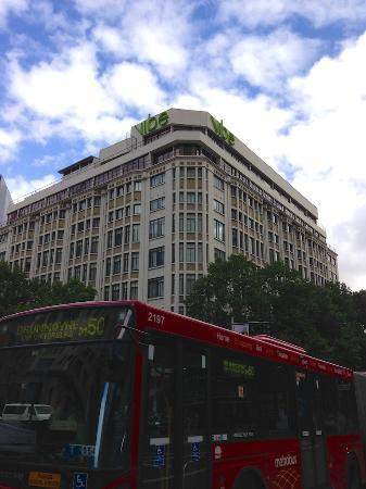 Vibe Hotel Sydney: View from the street