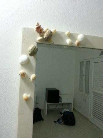 Hotel Acaya: cheap furniture - shells hand glued on mirror