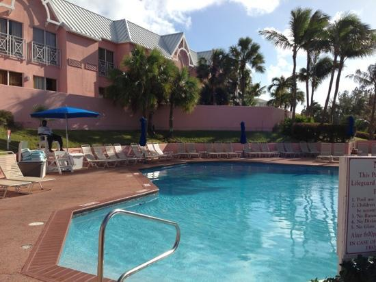 Comfort Suites Paradise Island: pool area with life guard