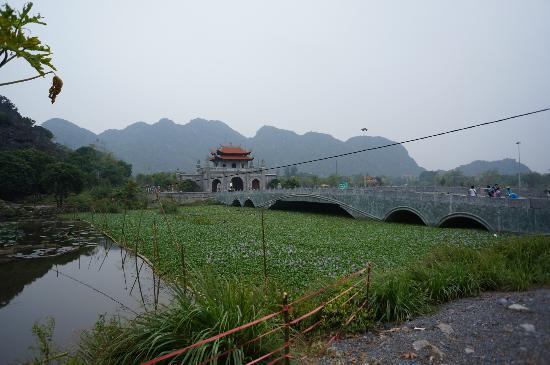 Hoa Lu - Tam Coc Day Tour: Temple visit