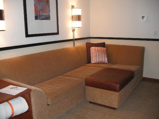 Hyatt Place Auburn Hills: Couch in double bed room