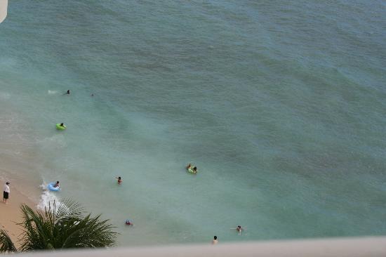 Waikiki Shore: Waikiki Beach looking down from balcony at Waikiki Shore Hotel