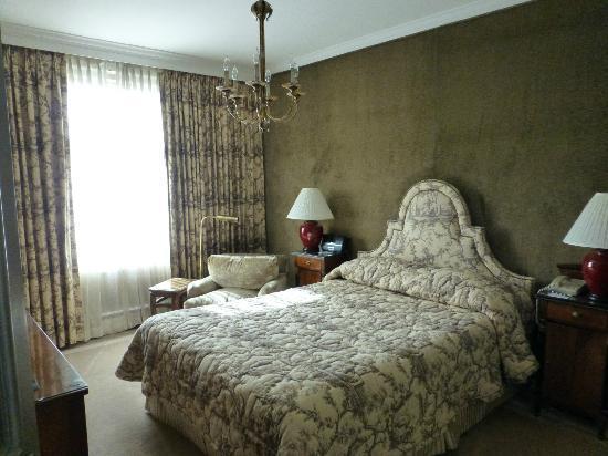 The Scarlet Huntington : bedroom view from doorway