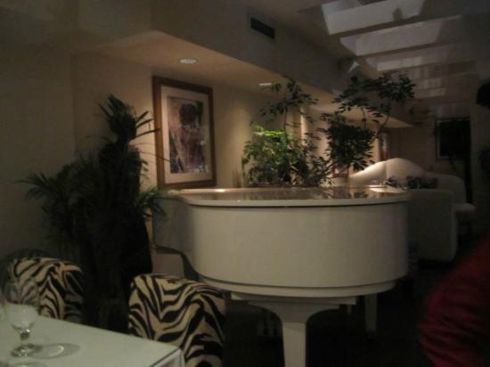 Hotel Kutuma: Piano in the restaurant