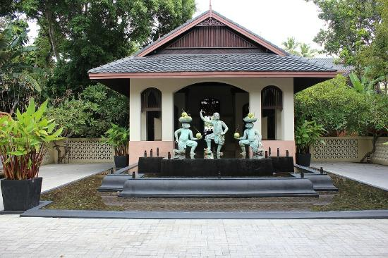 Anantara Bophut Koh Samui Resort: Reception behind the 3 statues