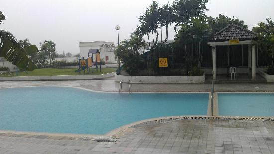 Likas Square Apartment Hotel: Pool