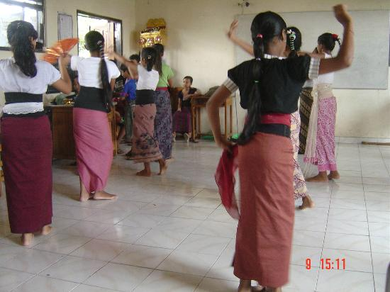 Bali Eco Stay Rice Water Bungalows: Local village dance classes.