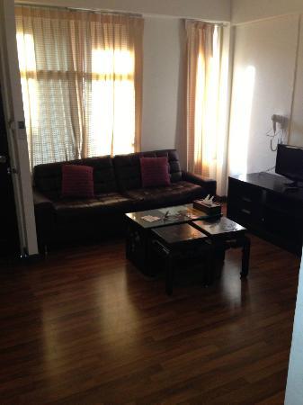 Maninarakorn Hotel: Wohnbereich, alt,abgenutzt und schmutzig