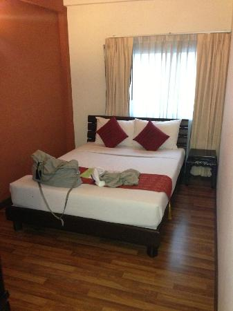 Maninarakorn Hotel: das Schlafzimmer des ersten Zimmers