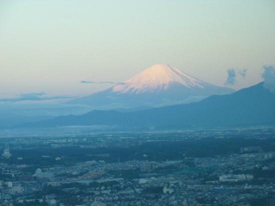 Yokohama Royal Park Hotel: 朝日を浴びた富士山