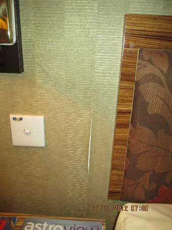 De Palma Hotel Shah Alam: Peeling wallpaper beside the bed