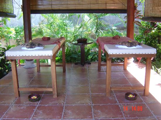 Sama's Cottages and Villas: Massage bale near the pool