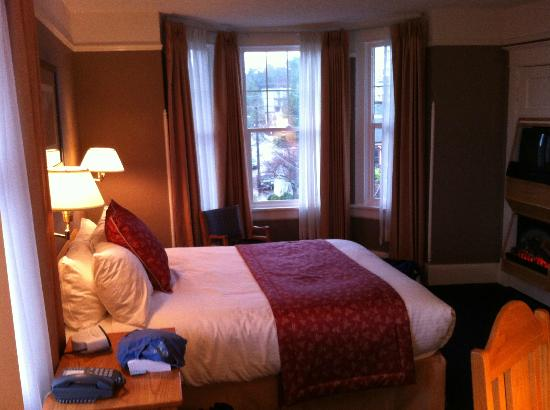 James Bay Inn Hotel, Suites & Cottage: heritage room with bay window