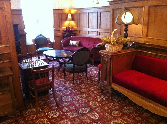 James Bay Inn Hotel, Suites & Cottage: lobby