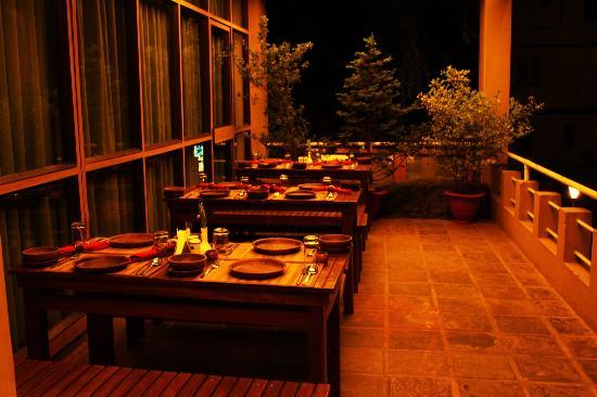 سينكلايرز دارجيلينج: Outside dining area 