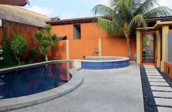 Bali Alizee Villas : Espace piscine commune aux 3 bungalows