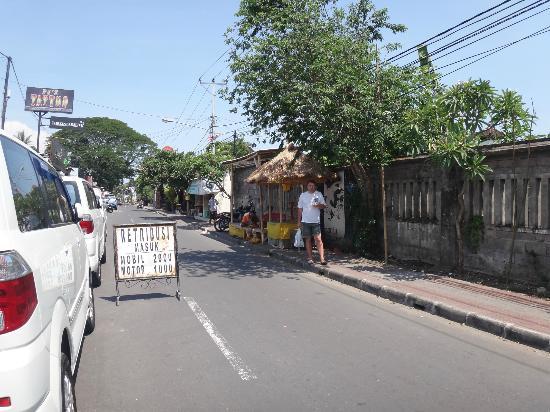 Sindhu Beach: Улица Jalan Pantai Sindhu направление к пляжу.