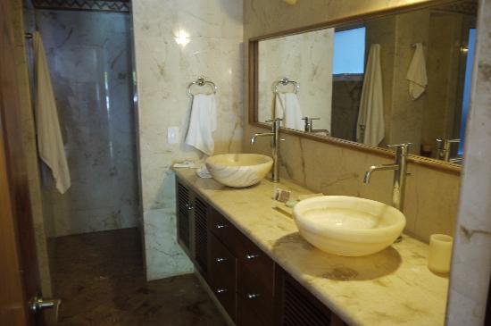 Porto Playa Condo Hotel & Beachclub: interesting design of the bathroom