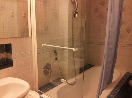 Hotel Central: Vasca da bagno