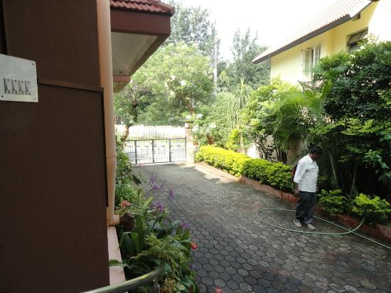 Sunlarge Home Stay: Parking area