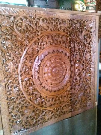 Chanida Thai Cuisine: Beautifully carved furniture...