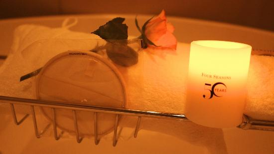 Four Seasons Hotel Tokyo at Marunouchi: Romantic bath