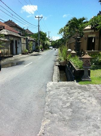 Mutiara Bali Boutique Resort & Villas: The quiet street outside (parallel to the main street Jl Oberoi, a 1 minute walk)