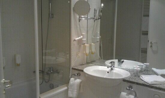 H+ Hotel Erfurt: bathroom