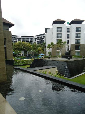 Pullman Bali Legian Nirwana: Centre Area - pool on the left.