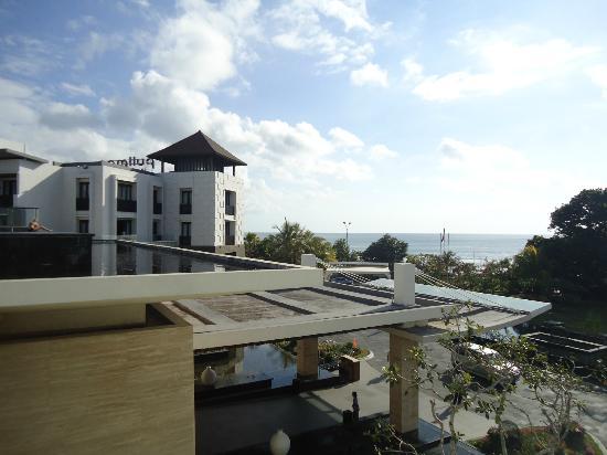 Pullman Bali Legian Nirwana: Rooftop Pool - looking out to the beach.