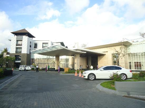 โรงแรมพูลแมน บาหลี ลีเกี้ยน เนอร์วานา: Front Entrance.