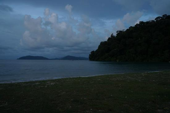 Teluk Dalam Resort: hotel beach at night