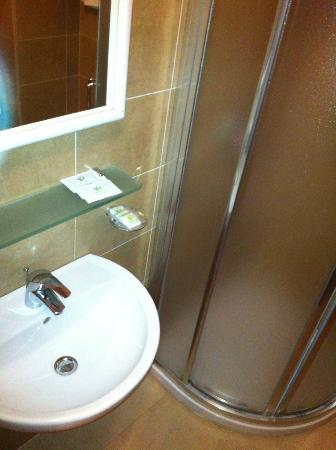 Mediterraneo Hotel & Suites: Lavandino e doccia/washbasin and shower
