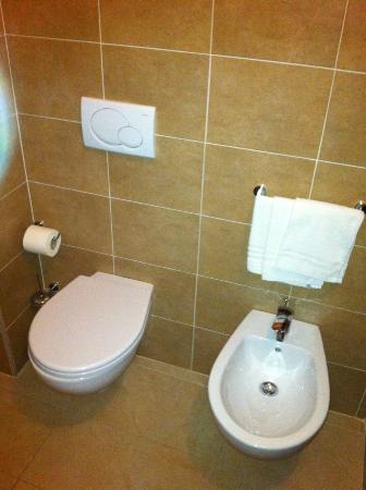 Mediterraneo Hotel & Suites: toilet, bidet