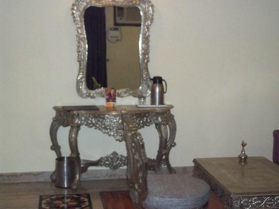 ‪سيريس 18: dressing table‬