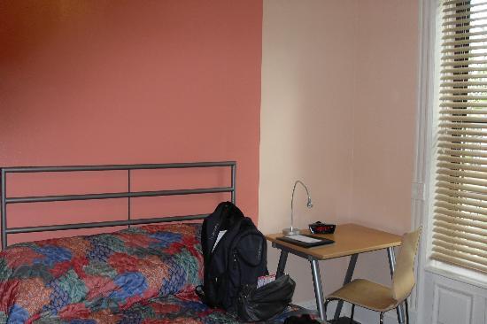 Larchmont Hotel: le lit et le bureau