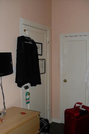 Larchmont Hotel: Entrée de la chambre avec un grand placard