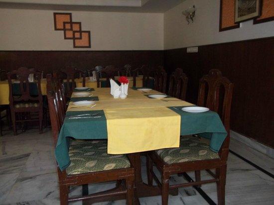 Sheetal Regency Hotel: dirty linen in dining area