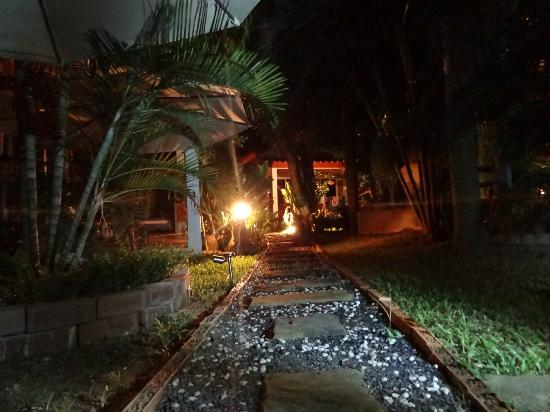 Sanuk Bungalows : Garten by night :)