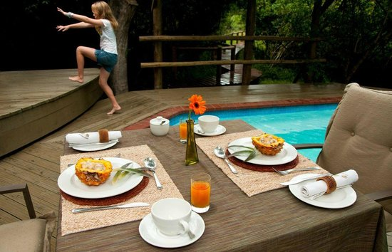 Bushwillow Collection: Lodge_Breakfast by the pool