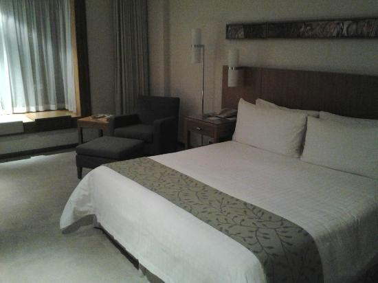 Canary Riverside Plaza Hotel: Beautifully appointed room.